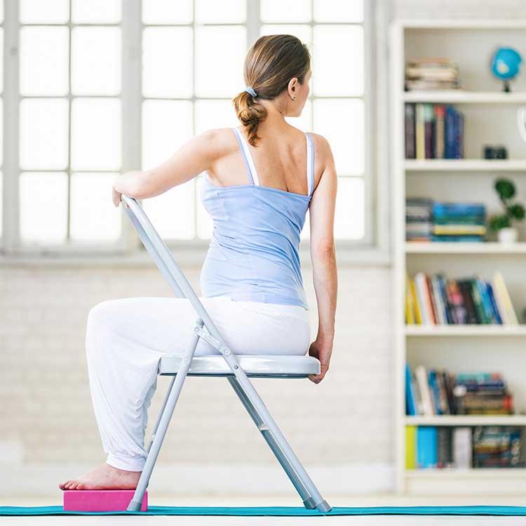 Frau macht Beckenbodenübungen auf einem Stuhl. Effektive Hilfe beim BBT bietet ACTICORE.