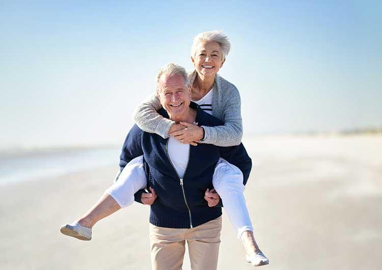 Ein glückliches älteres Ehepaar. Auch im Alter kann ACTICORE bei der Sexualität helfen