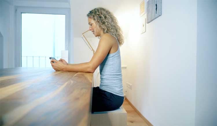 Sportliche Frau beim Dehnen nach dem Joggen. Unterstützt durch ACTICORE.